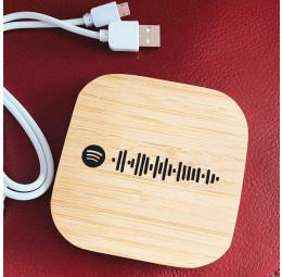Carregador Wireless em Bambu com código para música no Spotify